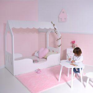 Dormitorio Casita con decoración rosa y lila pastel